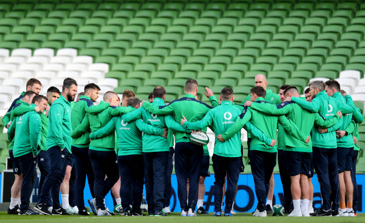 Ireland squad gather on pitch ahead of kick off