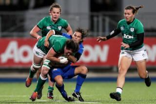 Ireland's Hannah O'Connor is tackled by Sara Barattin of Italy Mandatory Credit ©INPHO/Laszlo Geczo
