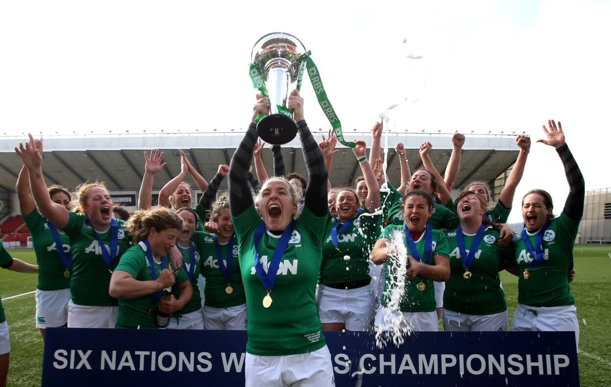 Ireland's Niamh Briggs lifts the Six Nations Trophy Mandatory Credit ©INPHO/Dan Sheridan
