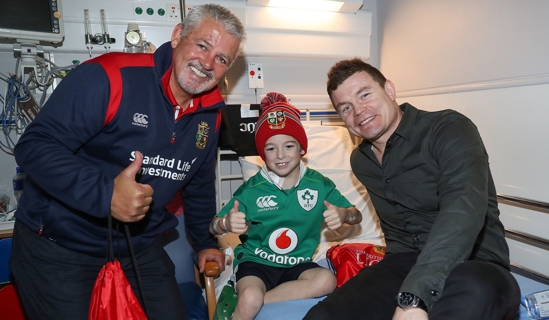 Gatland and O'Driscoll visit patients at Temple Street Children's Hospital