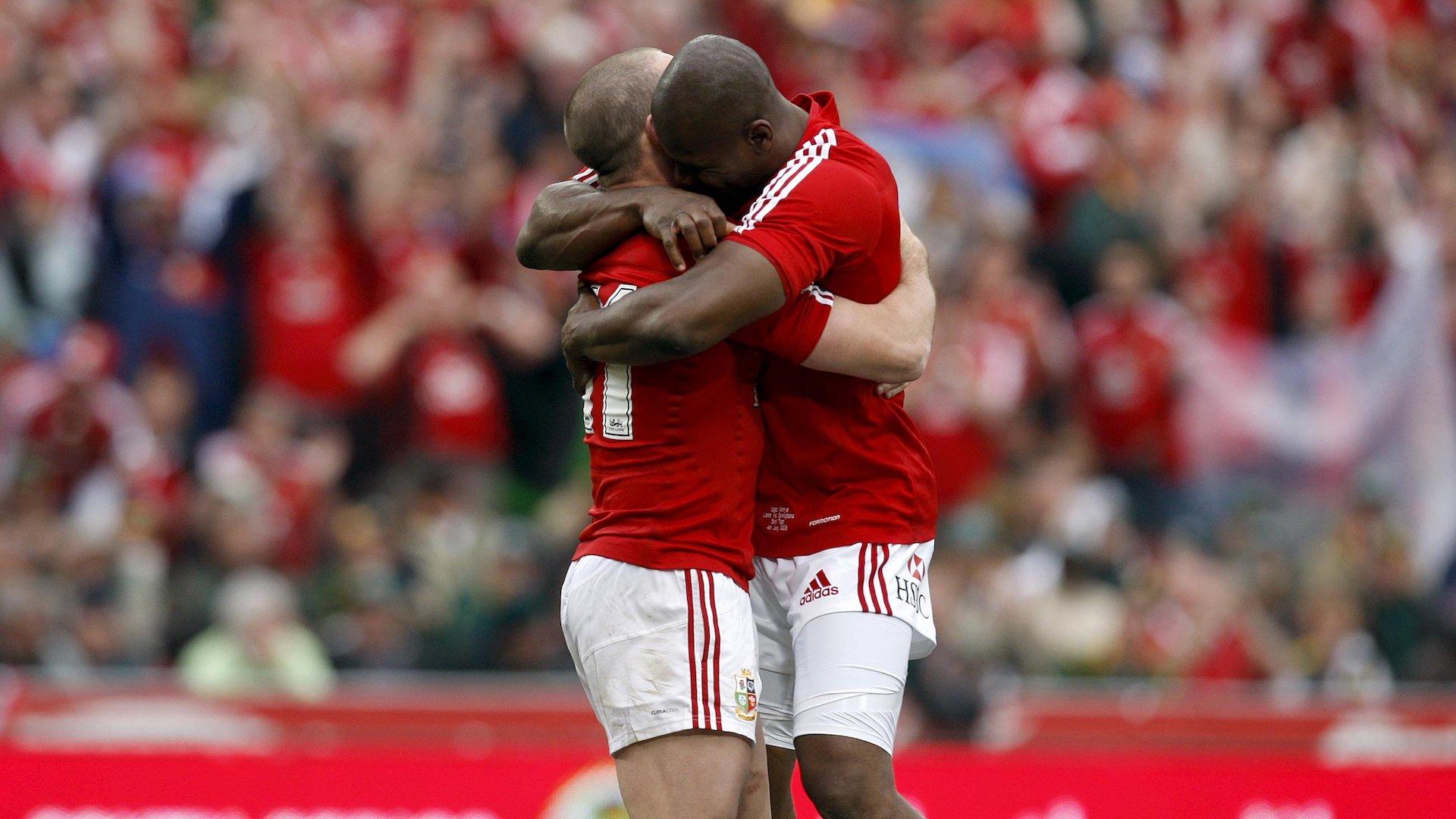 Shane Williams is congratlated by Ugo Monye