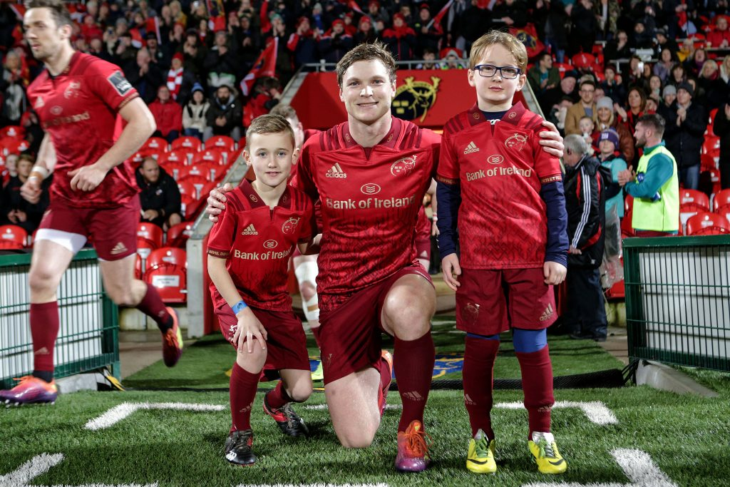 Tyler Bleyendaal with mascots Alfie O'Neill and Charlie Ryan.