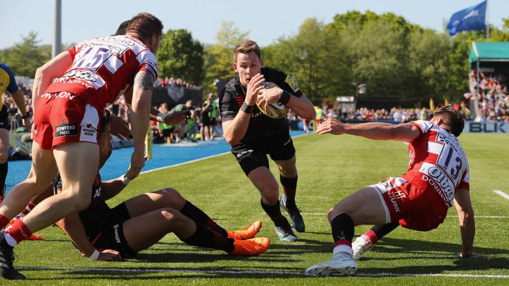 Liam Williams of Saracens dives to score a try during the Aviva Premiership match between Saracens and Gloucester Rugby