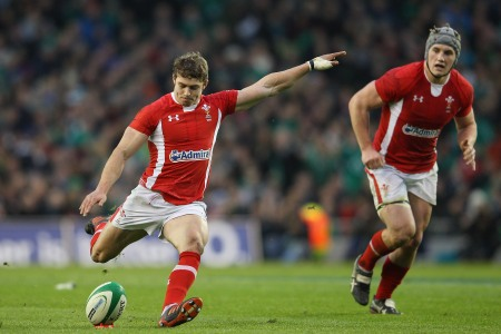Leigh Halfpenny to stay in Wales