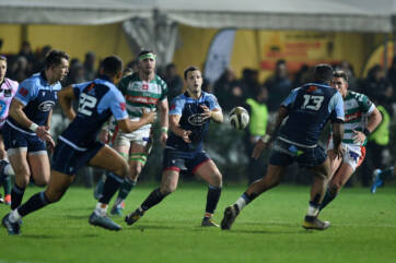 Last gasp Harries try gives Blues win