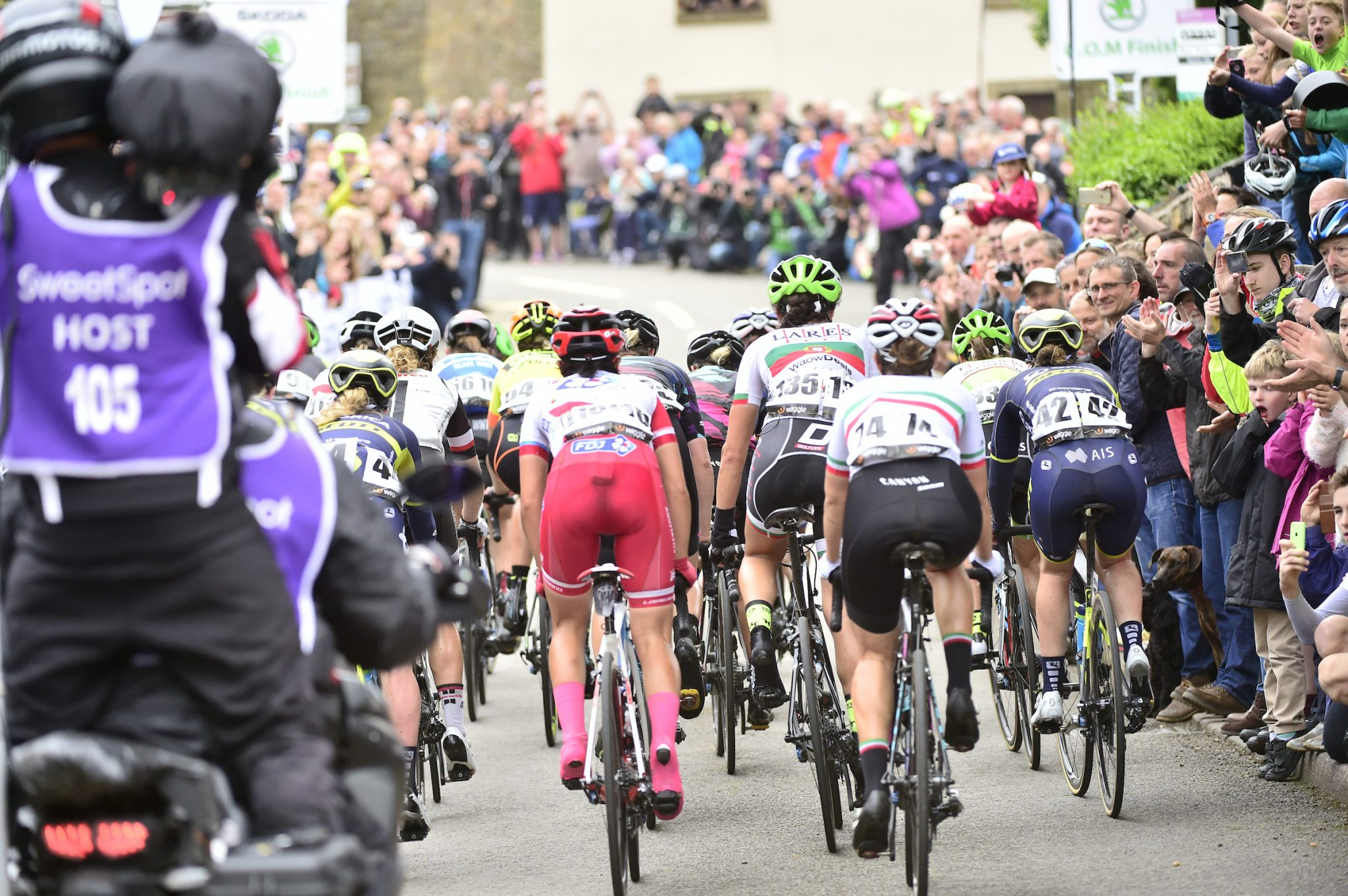Crowds peloton Crich Derbyshire Stage 4 2017