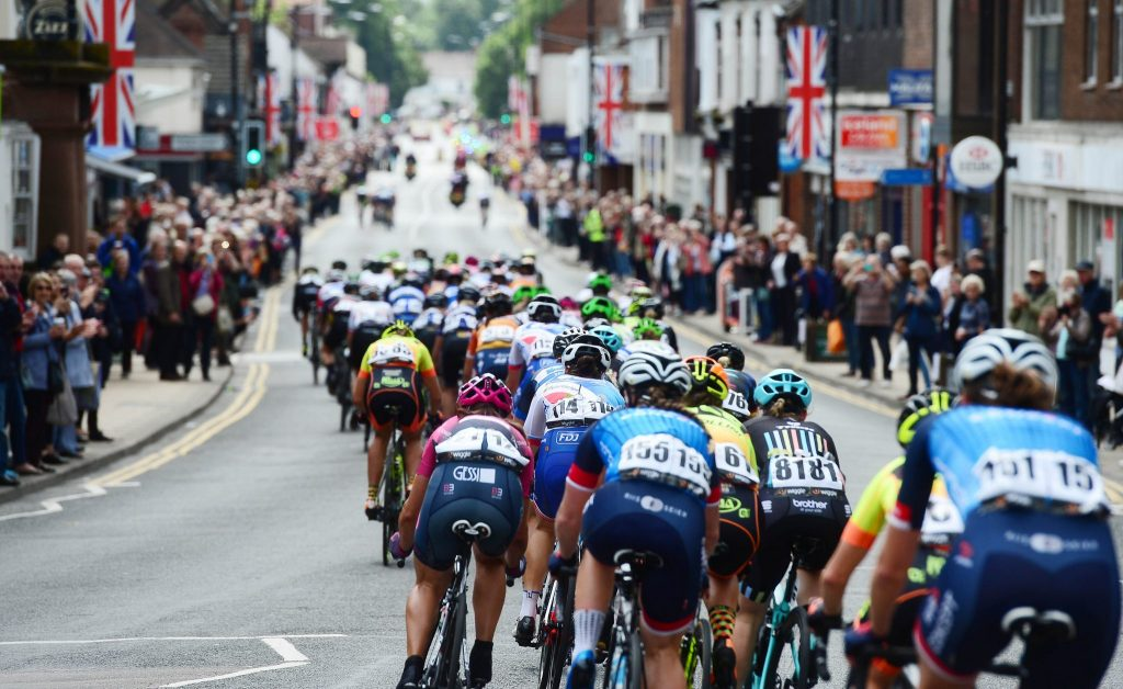 The Chase Is On - The peloton bear down on the lead group through a crowded Kenilworth Highstreet, Stage 3